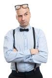 Σοβαρός φαλακρός τύπος με suspenders και τη σκέψη τόξο-δεσμών Στοκ φωτογραφίες με δικαίωμα ελεύθερης χρήσης