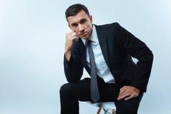 Σοβαρός όμορφος επιχειρηματίας που εξετάζει σας Στοκ Εικόνα