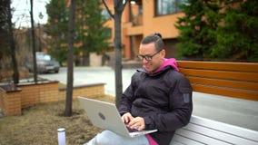 Σοβαρό άτομο με την εργασία lap-top Ισπανικός νεαρός άνδρας έθνους που χρησιμοποιεί το φορητό προσωπικό υπολογιστή φιλμ μικρού μήκους