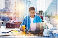Σοβαρό άτομο που εργάζεται στο lap-top του Στοκ Εικόνες