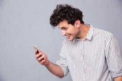 Σοβαρό άτομο που χρησιμοποιεί smartphon Στοκ Εικόνες