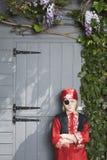 Σοβαρό αγόρι στο κοστούμι πειρατών από το υπόστεγο Στοκ φωτογραφία με δικαίωμα ελεύθερης χρήσης