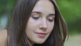 Σοβαρό αφιερωμένο βλέμμα να ανατρέξει γυναικών brunette υπαίθρια, βέβαιο θηλυκό απόθεμα βίντεο