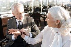 Σοβαρό γενειοφόρο αρσενικό βραχιόλι εκμετάλλευσης προσώπων στο χέρι του Στοκ Φωτογραφία