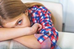 Σοβαρό εξαντλημένο κορίτσι στο σχολείο Στοκ φωτογραφίες με δικαίωμα ελεύθερης χρήσης