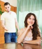 Σοβαρό ζεύγος που μιλά στο σπίτι Στοκ φωτογραφία με δικαίωμα ελεύθερης χρήσης