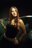 Σοβαρό κορίτσι με το ξίφος Στοκ φωτογραφίες με δικαίωμα ελεύθερης χρήσης