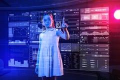 Σοβαρό κορίτσι που δείχνει την οθόνη ενώ έχοντας το μάθημα μελετών υπολογιστών Στοκ Εικόνες