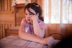 Σοβαρό κορίτσι στον πίνακα Στοκ Φωτογραφίες