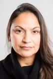 Σοβαρό γυναικών πορτρέτου πραγματικό γκρίζο υπόβαθρο καθορισμού ανθρώπων υψηλό Στοκ Εικόνες