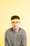 Αστείο ατόμων πορτρέτου πραγματικό κίτρινο υπόβαθρο καθορισμού ανθρώπων υψηλό Στοκ Εικόνες