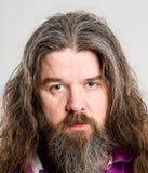 Σοβαρό ατόμων πορτρέτου πραγματικό γκρίζο υπόβαθρο καθορισμού ανθρώπων υψηλό Στοκ φωτογραφία με δικαίωμα ελεύθερης χρήσης