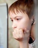 Σοβαρό παιδί με το lap-top Στοκ φωτογραφία με δικαίωμα ελεύθερης χρήσης