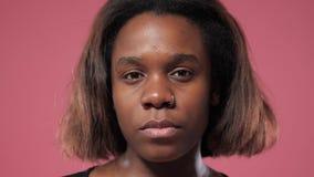 Σοβαρό πρόσωπο ενός κοριτσιού afro απόθεμα βίντεο