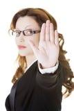 Σοβαρό σημάδι στάσεων επιχειρησιακών γυναικών gesturing Στοκ φωτογραφία με δικαίωμα ελεύθερης χρήσης