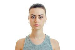 Σοβαρό όμορφο κορίτσι πορτρέτου που φαίνεται ευθύ στην κινηματογράφηση σε πρώτο πλάνο καμερών στοκ φωτογραφίες