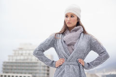 Σοβαρό όμορφο brunette με τα χειμερινά ενδύματα στην τοποθέτηση Στοκ Φωτογραφία