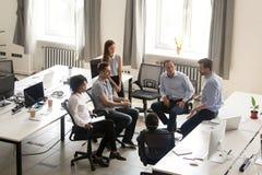 Σοβαρό CEO που μιλά στη συνεδρίαση της εταιρικής ομάδας, mentoring, κορυφή στοκ εικόνα με δικαίωμα ελεύθερης χρήσης