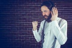 Σοβαρό hipster με τις προσοχές ιδιαίτερες απόλαυση της μουσικής Στοκ Εικόνες