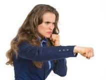 Σοβαρό punching επιχειρησιακών γυναικών Στοκ Εικόνα