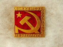 """Σοβιετικό διακριτικό με την επιγραφή """"παίκτες χόκεϋ της εθνικής ομάδας της ΕΣΣΔ - παγκόσμιοι πρωτοπόροι """" Faleristics στοκ εικόνα με δικαίωμα ελεύθερης χρήσης"""