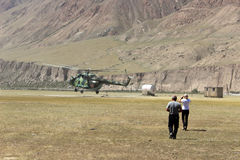 Σοβιετικό ελικόπτερο με τους ορειβάτες που προσγειώνονται στη Maida Adyr (Κιργιστάν) Στοκ Εικόνες