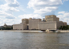 Σοβιετικό κτήριο στις όχθεις του ποταμού στη Μόσχα Στοκ Εικόνες