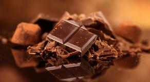 Σοκολάτα Ανάμεικτες γλυκά και καραμέλες σοκολάτας πέρα από το σκοτεινό υπόβαθρο στοκ εικόνες με δικαίωμα ελεύθερης χρήσης
