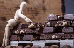 Σοκολάτα γάλακτος με ολόκληρα τα φουντούκια που τοποθετούνται σε μια παλέτα στοκ φωτογραφίες με δικαίωμα ελεύθερης χρήσης