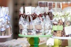 Σοκολάτα και καραμέλα στις τσάντες με τις κενές ετικέτες στην επίδειξη καταστημάτων Στοκ φωτογραφία με δικαίωμα ελεύθερης χρήσης