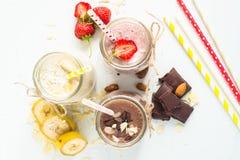 Σοκολάτα και φράουλα μπανανών milkshakes στοκ εικόνα με δικαίωμα ελεύθερης χρήσης
