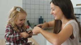 Σοκολάτα μεριδίου με το μωρό απόθεμα βίντεο