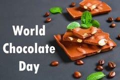 σοκολάτα με τα αμύγδαλα στο σκοτεινό γκρίζο υπόβαθρο 11 Ιουλίου είναι η ημέρα της σοκολάτας Στοκ φωτογραφία με δικαίωμα ελεύθερης χρήσης