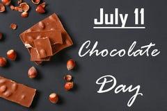 Σοκολάτα με τα φουντούκια, τη μέντα και τα σιτάρια του καφέ σε έναν σκούρο γκρι πίνακα Τοπ όψη 11 Ιουλίου είναι η ημέρα της σοκολ Στοκ εικόνες με δικαίωμα ελεύθερης χρήσης