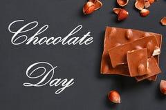Σοκολάτα με τα φουντούκια, τη μέντα και τα σιτάρια του καφέ σε έναν σκούρο γκρι πίνακα Τοπ όψη 11 Ιουλίου είναι η ημέρα της σοκολ Στοκ εικόνα με δικαίωμα ελεύθερης χρήσης
