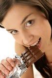 σοκολάτα που τρώει τη γυ στοκ φωτογραφία