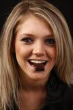σοκολάτα που τρώει τη χαμογελώντας γυναίκα στοκ φωτογραφίες