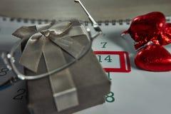 Σοκολάτα στην κόκκινη μορφή καρδιών στοκ εικόνες