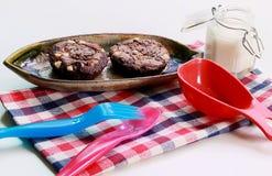 Σοκολάτα Brownies στο πιάτο και το γάλα Στοκ Φωτογραφία