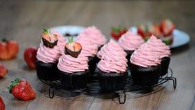 Σοκολάτα cupcake με την κρέμα φραουλών απόθεμα βίντεο