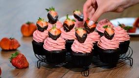 Σοκολάτα cupcake με τη φράουλα στην κορυφή φιλμ μικρού μήκους
