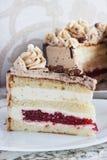 Σοκολάτα cupcake με mousse την τήξη κρέμας στο άσπρο ξύλινο διάστημα αντιγράφων τομών υποβάθρου grunge Στοκ φωτογραφίες με δικαίωμα ελεύθερης χρήσης