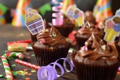 Σοκολάτα cupcakes για τα γενέθλια στοκ εικόνα με δικαίωμα ελεύθερης χρήσης