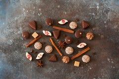 Σοκολάτες, κανέλα, φασόλια καφέ και anis αστεριών στην πέτρα backgr Στοκ Εικόνα