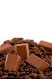 Σοκολάτες με τα φασόλια καφέ που απομονώνονται στο λευκό Στοκ Εικόνα