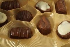 σοκολάτες στη χρυσή συσκευασία στοκ εικόνες