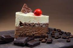 Σοκολάτα κέικ με το κεράσι, σιτάρια καφέ Στοκ Εικόνες