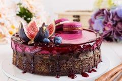 σοκολάτα κέικ που διακοσμείται στοκ φωτογραφία