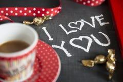 Σοκολάτα καφέ ημέρας βαλεντίνου παρούσα στοκ εικόνα με δικαίωμα ελεύθερης χρήσης