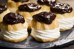 Σοκολάτα καλυμμένες Ganache ριπές Profiteroles ή κρέμας Στοκ Φωτογραφίες